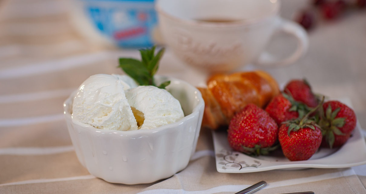Мороженое в чашке и клубника