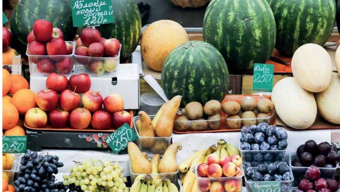 овощи и фрукты на прилавке рынка